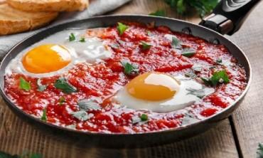 طريقة عمل طبق البيض و الطماطم التركي الشعبي الشهير و  المعروف بأسم ( مينيمين ) في دقائق